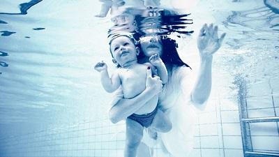 mamma neonato piscina